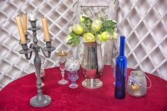 有花的一个花瓶,蜡烛 免版税图库摄影