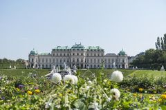 有花的上部贝尔维德雷宫在前景 免版税图库摄影