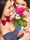 有花的两名性感的女同性恋的妇女。 库存图片