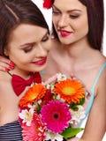 有花的两名性感的女同性恋的妇女 免版税库存照片