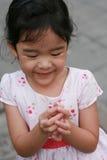 有花的亚裔女孩 库存图片