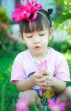 有花的亚裔女婴 免版税库存照片