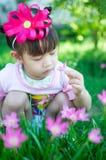 有花的亚裔女婴 免版税库存图片