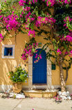 有花的传统希腊房子在Assos, Kefalonia海岛, 库存照片