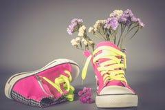 有花的体育鞋子 库存图片