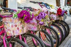 有花的停放的自行车在篮子 库存照片