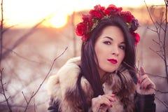有花的冬天女孩 免版税库存图片