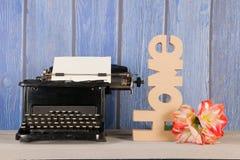 有花的古色古香的打字机 免版税图库摄影