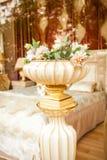 有花的古色古香的瓷花瓶在经典内部 图库摄影