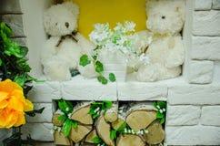 有花的在壁炉,木柴玩具 免版税库存图片