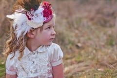 有花的女孩在她的头发 库存照片