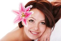有花的女孩在massge的头发在温泉沙龙 图库摄影