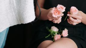 有花的女孩手发型的 美好的逗人喜爱的发型锁定模型纵向配置文件婚礼 特写镜头 股票录像