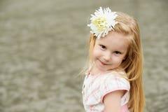 有花的女孩 白肤金发微笑 免版税库存图片