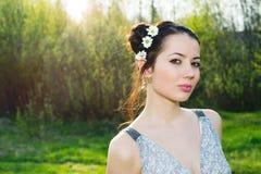 有花的妇女在她的头发 库存照片