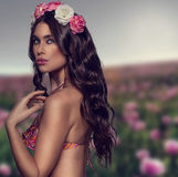 有花的异乎寻常的妇女在她的头发 库存图片