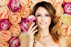 有花的微笑的女孩在开花背景 妇女时尚Mo 图库摄影