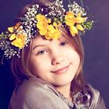 有花的快乐的儿童女孩 免版税库存照片