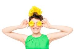 有花的快乐的妇女在白色 免版税库存图片