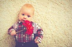 有花的愉快的男婴绅士 免版税图库摄影