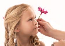有花的新白肤金发的女孩在头发 库存图片