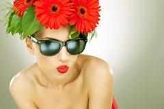 有花的新迷人的妇女在她的头发 免版税库存照片