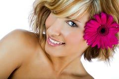 有花的时髦的女孩在头发 库存图片