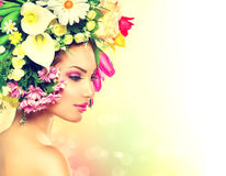 有花的春天女孩 库存照片