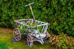 有花的木推车 免版税库存照片