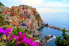 有花的沿海意大利村庄 免版税库存照片