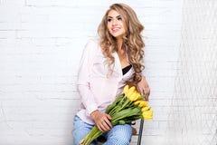 有花的浪漫白肤金发的夫人 免版税图库摄影