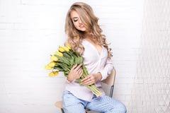 有花的浪漫白肤金发的夫人 免版税库存照片