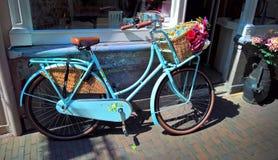 有花的浪漫老自行车 免版税库存图片