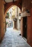 有花的狭窄的街道在老镇在法国 库存照片