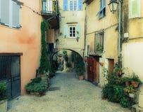 有花的狭窄的街道在老镇科阿拉兹 免版税图库摄影