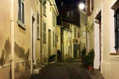 有花的狭窄的街道在老镇Mougins在法国 Ni 库存照片