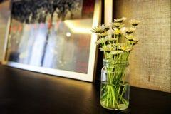 有花的玻璃花瓶 免版税库存照片