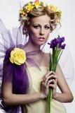 有花的白肤金发的美丽的妇女 免版税图库摄影