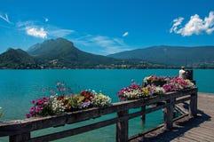 有花的码头在阿讷西湖,在Talloires村庄  库存图片