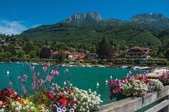 有花的码头在阿讷西湖,在Talloires村庄  免版税图库摄影