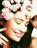 有花的秀丽年轻真正的女人和组成特写镜头,生活方式人 库存图片