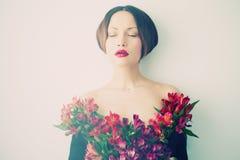有花的美丽的夫人 免版税库存照片