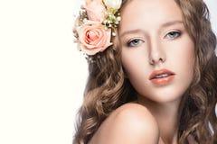 有花的美丽的女孩在她的头发和桃红色构成 春天图象 秀丽表面 免版税库存图片