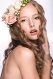 有花的美丽的女孩在她的头发和桃红色构成 春天图象 秀丽表面 库存照片