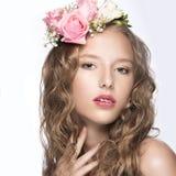 有花的美丽的女孩在她的头发和桃红色构成 春天图象 秀丽表面 免版税图库摄影