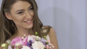 有花的美丽的女孩 股票视频