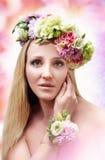 有花的美丽的女孩 免版税图库摄影