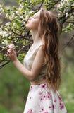 有花的美丽的女孩 免版税库存照片