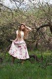 有花的美丽的女孩 免版税库存图片