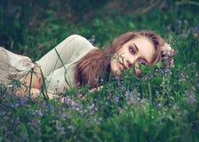 有花的美丽的女孩 库存图片